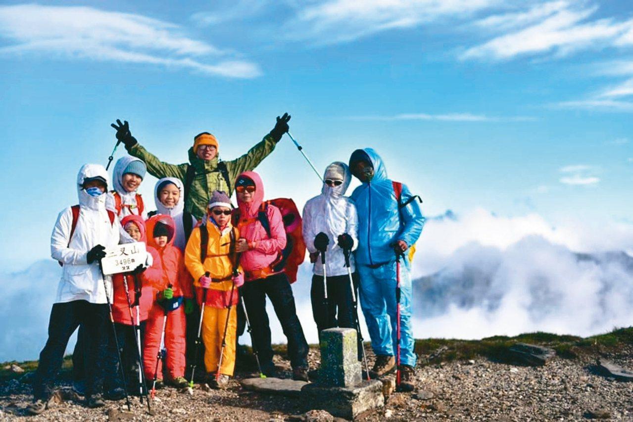 詹惠萌家族熱愛登山,日前攀登上嘉明湖旁的三叉山。 圖╱詹惠萌提供