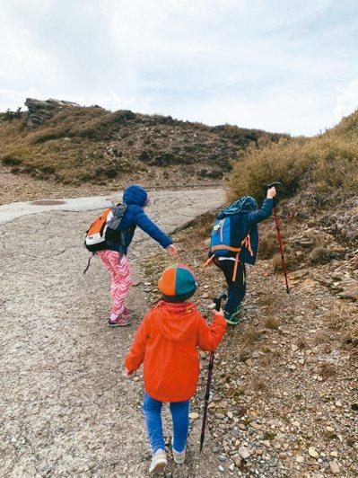 在攀爬嘉明湖前,詹惠萌先讓小孩攀登合歡山適應高海拔氣候。 圖╱詹惠萌提供