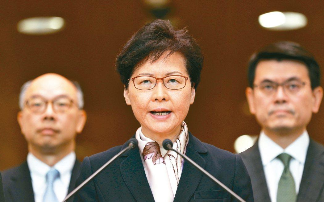 香港發起全城大罷工及不合作運動,特首林鄭月娥(中)召開記者會,稱示威者玉石俱焚做法,將令香港推上不歸路。 歐新社