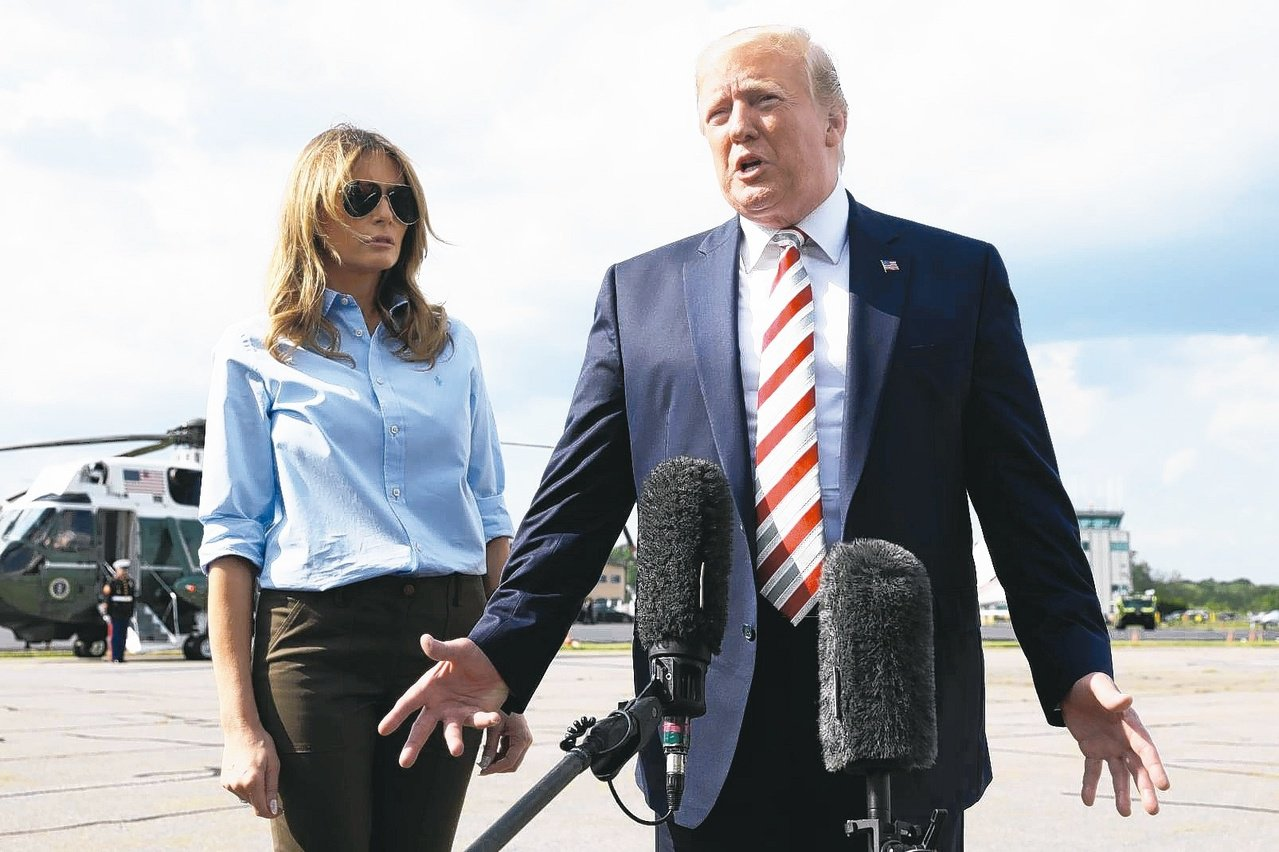 美總統川普偕妻子搭空軍一號返回白宮。 路透