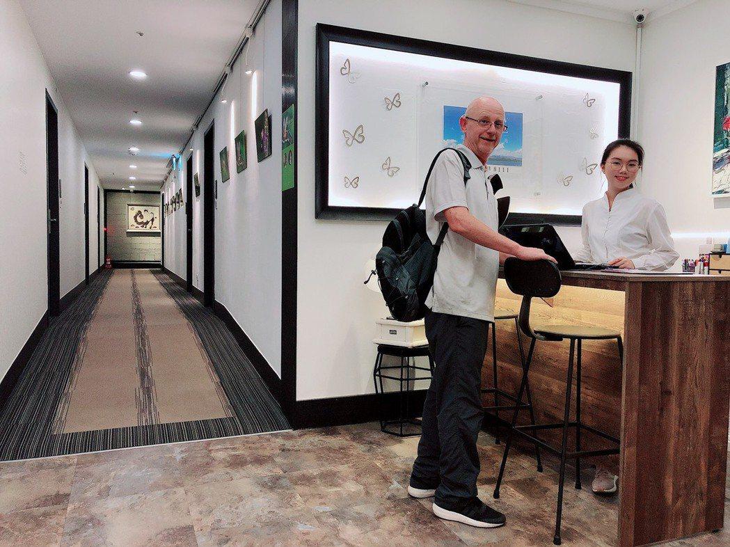 櫃檯服務人員擁有多種語言能力,協助各地旅客安心入住。蘇璽文/攝影