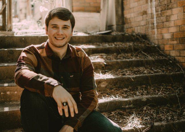 年僅21歲的麥克得知自己罹患罕見癌症相當震驚。圖擷自Metro