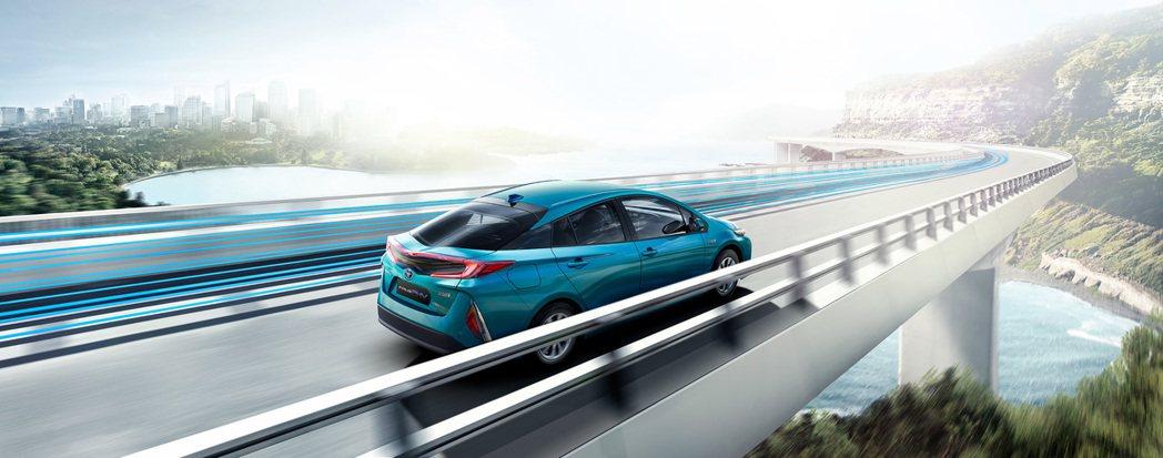 PRIUS PHV兼具EV純電與HV油電車款優點,既能享受純電駕馭樂趣,又可免除...