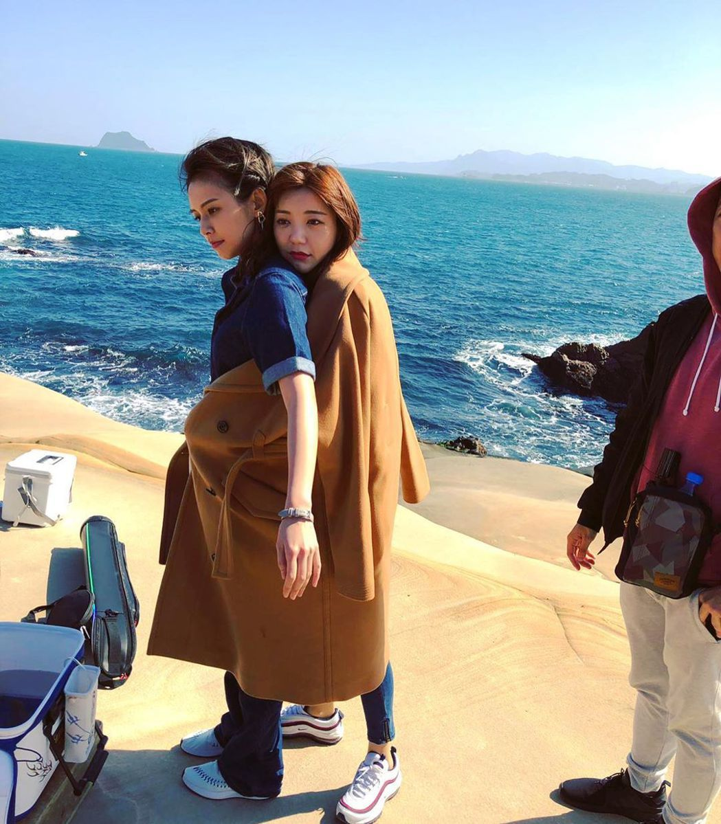 袁艾菲在「我們不能是朋友」中飾演郭雪芙的閨密,戲外互動也很甜蜜。圖/擷自袁艾菲I