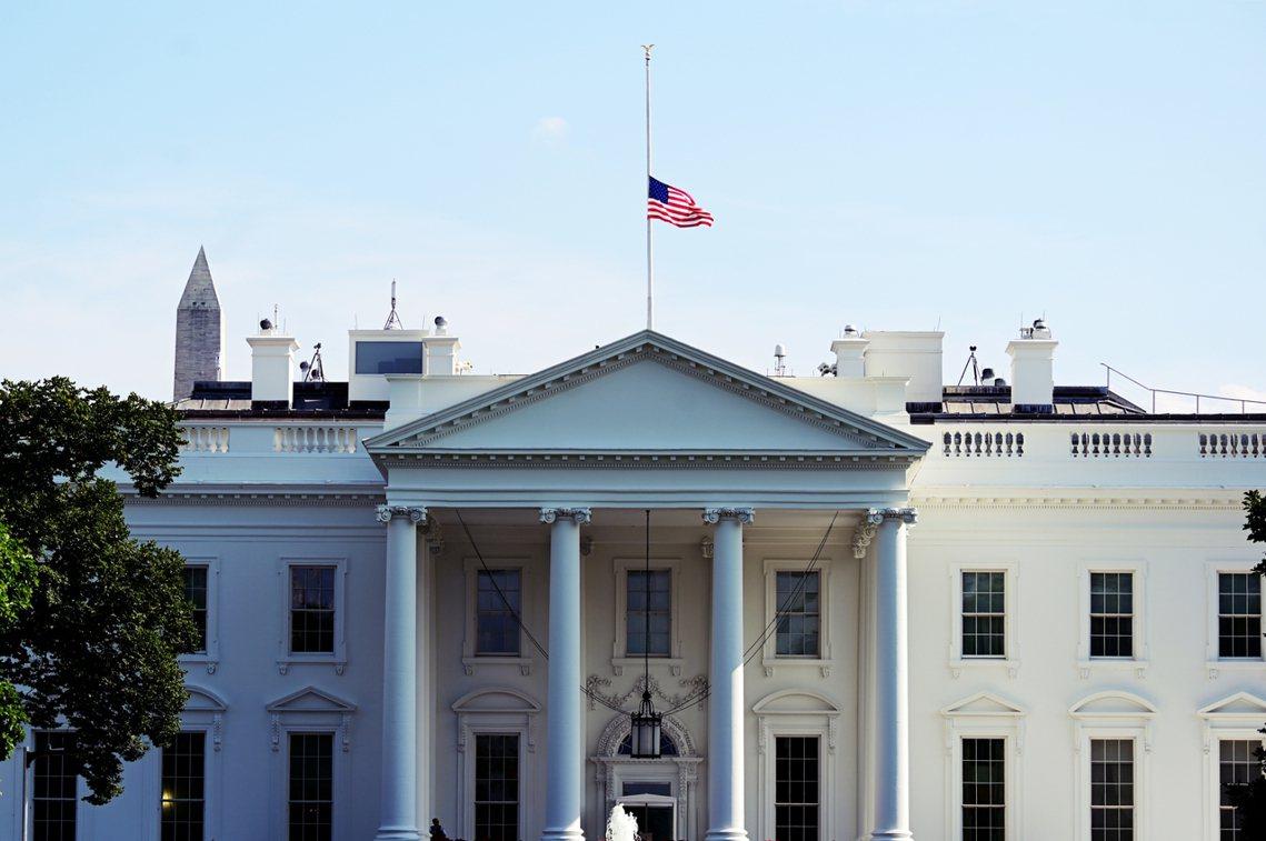 周一全美「降半旗」,以悼念槍擊案的死難者。 圖/路透社