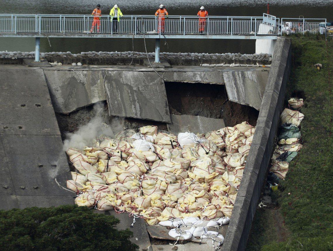 為防止已經部分損毀的壩提繼續崩壞,軍方也出動了運輸直升機參加搶救任務,運送了超過...
