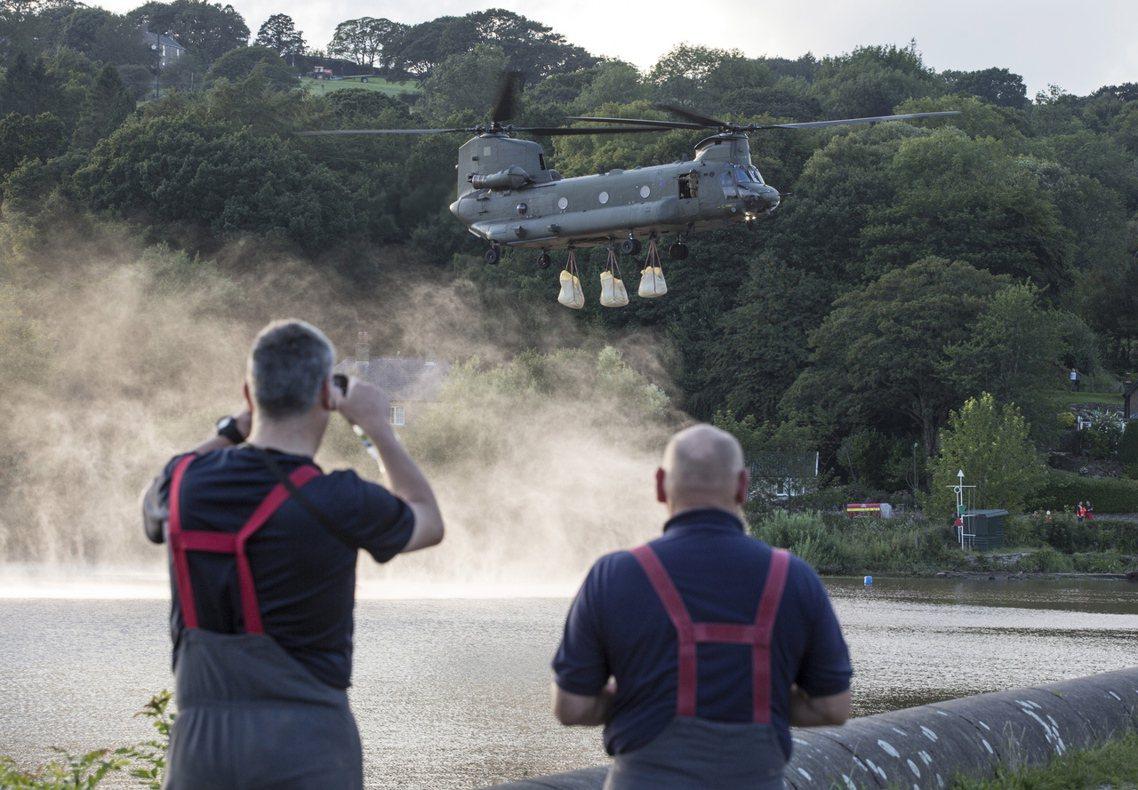 目前抽水和壩堤補強作業仍在進行,當地警方則預備佈署了救生艇,以因應「最壞的打算」...