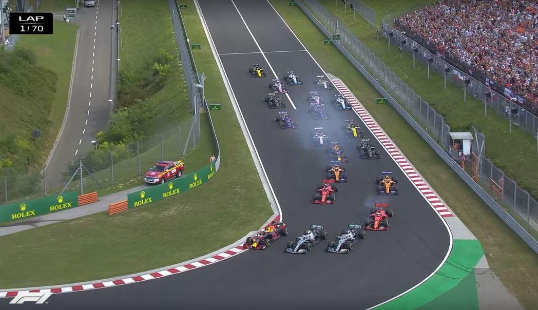 起跑第一個彎角就有激烈競爭。 摘自F1
