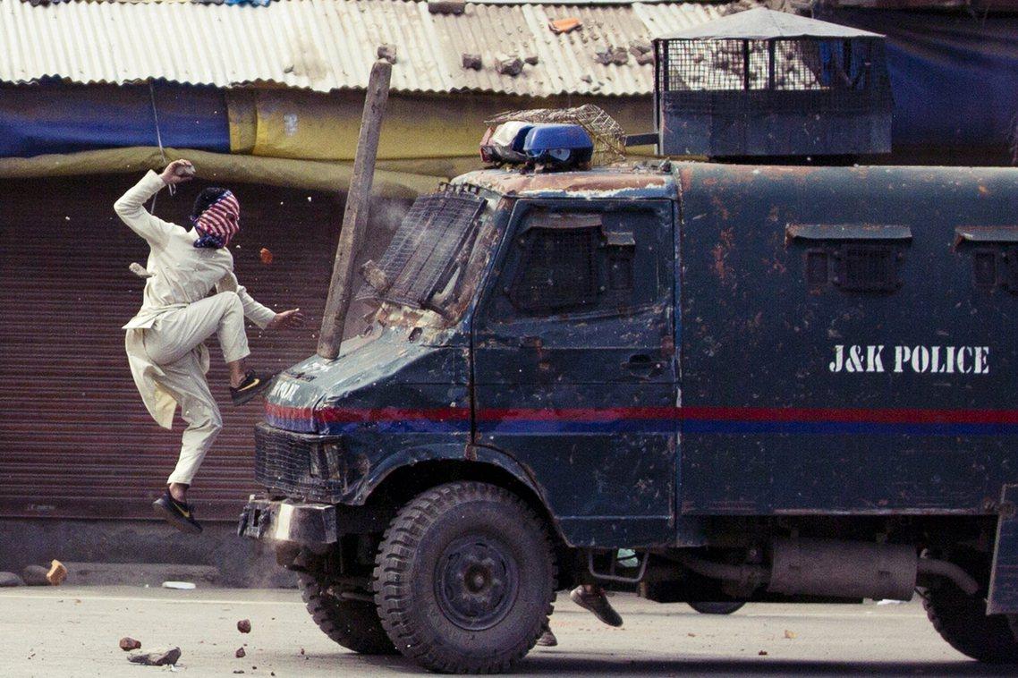 印度的喀什米爾問題,將進入沒有回頭路的緊張時刻。資料圖片:6月份喀什米爾示威者對...
