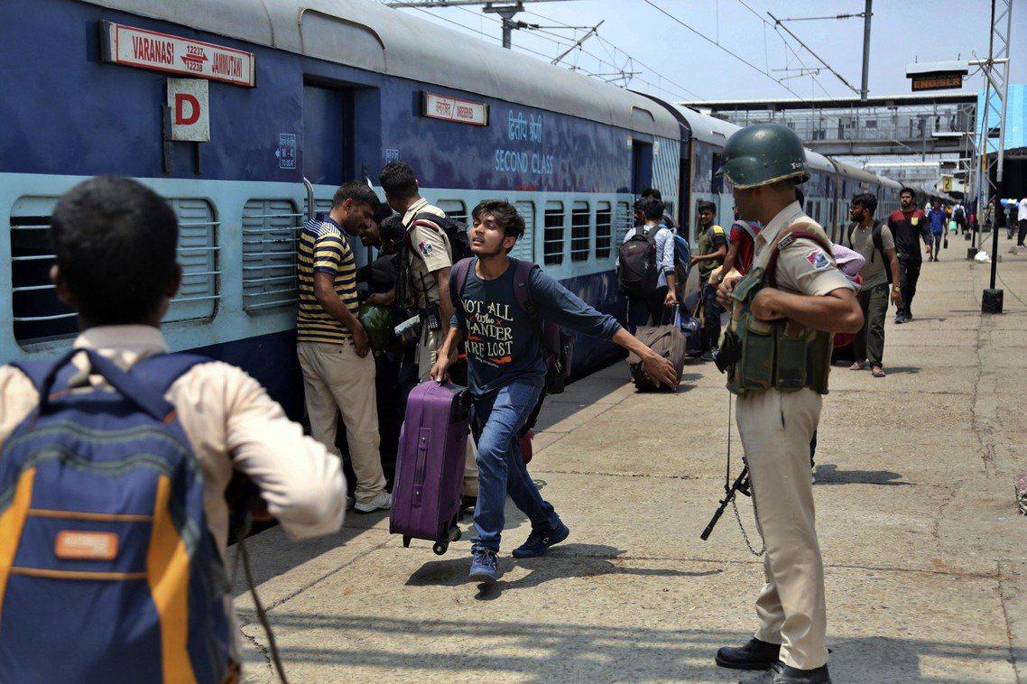 緊急從喀什米爾撤離的印度外邦學生。 圖/美聯社