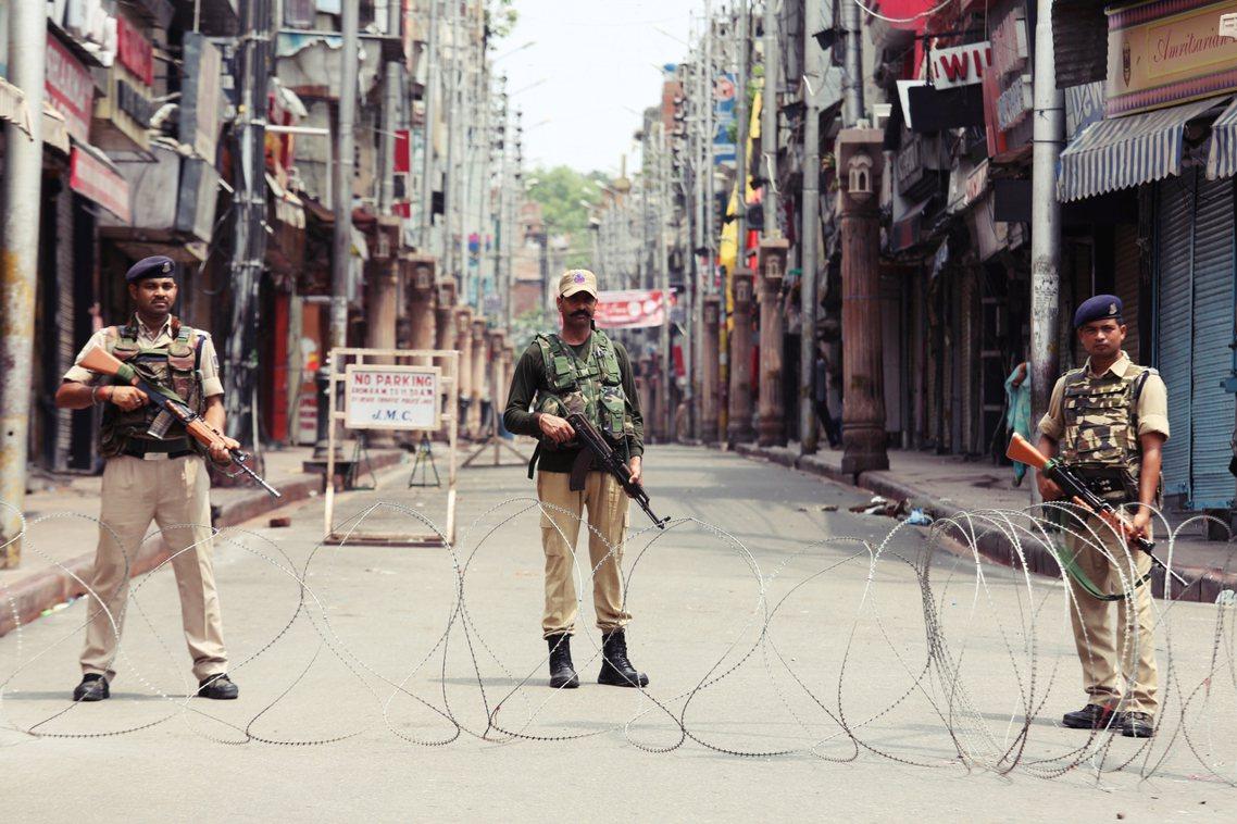 8月5日,封鎖街頭的印度部隊。 圖/路透社