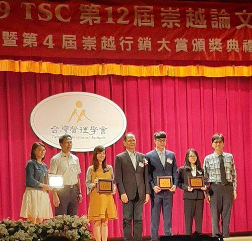 台灣管理學會創會理事長暨前行政院長游錫堃與獲奬師生合影。 校方/提供