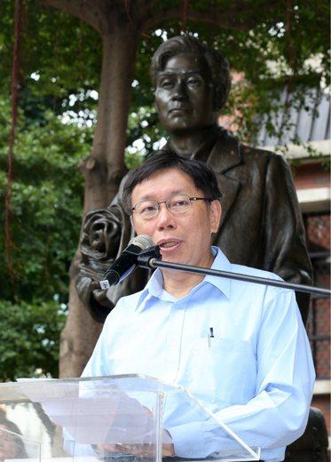 2014年,柯文哲以無黨籍身份參選,圖為他在蔣渭水銅像前發表演說。 圖/聯合報系...