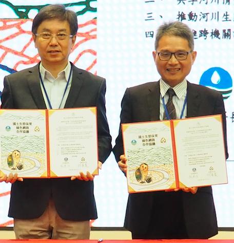 水利局署長賴建信(右)與林務局局長林華慶(左)5日簽署國土生態保育綠色網路合作協...
