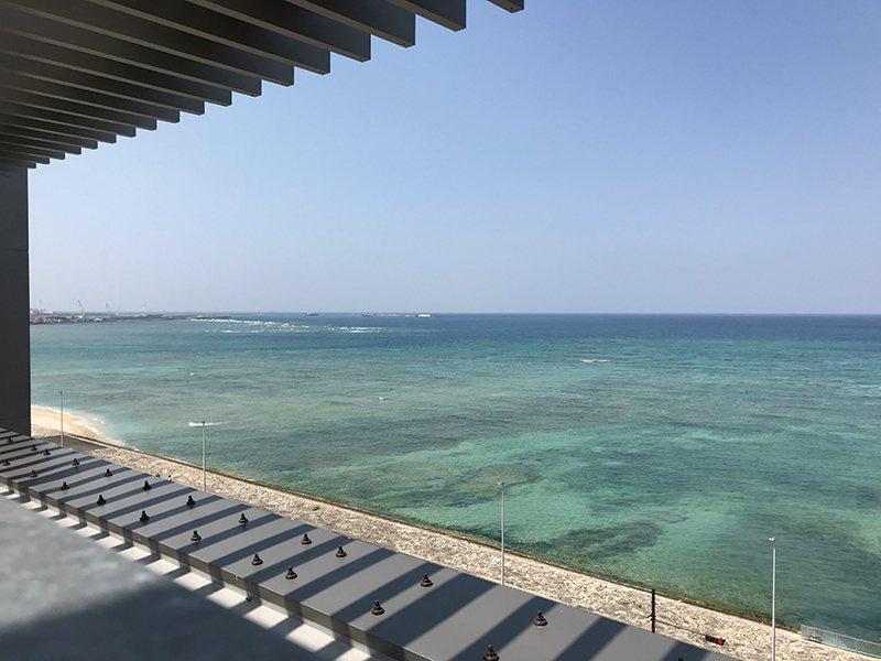 商場旁就是一望無際的蔚藍大海。
