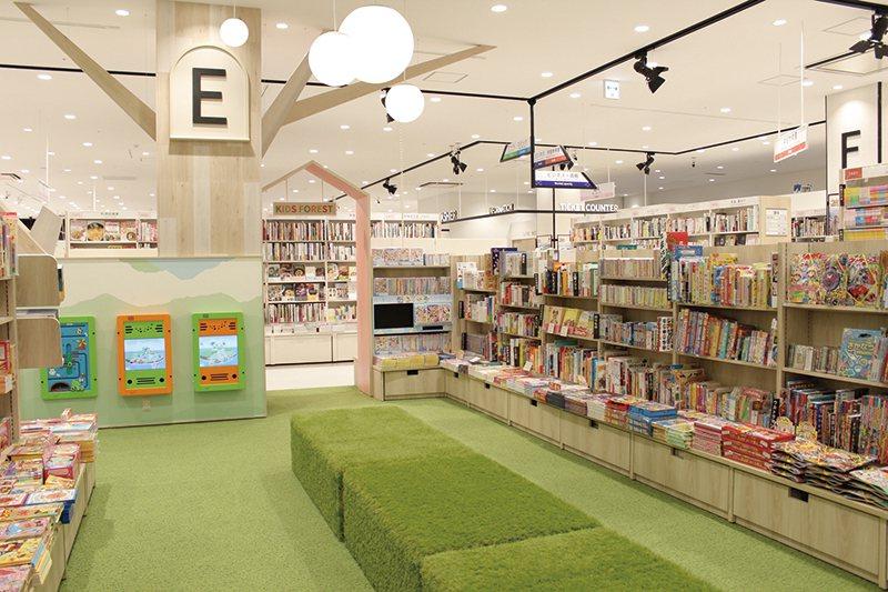 童書區設有寬敞的閱讀遊玩區。