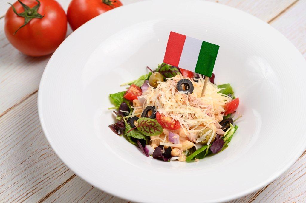 義起料理廚藝教室教授民眾製作「義大利鮪魚通心粉沙拉」經典料理。圖/業者提供