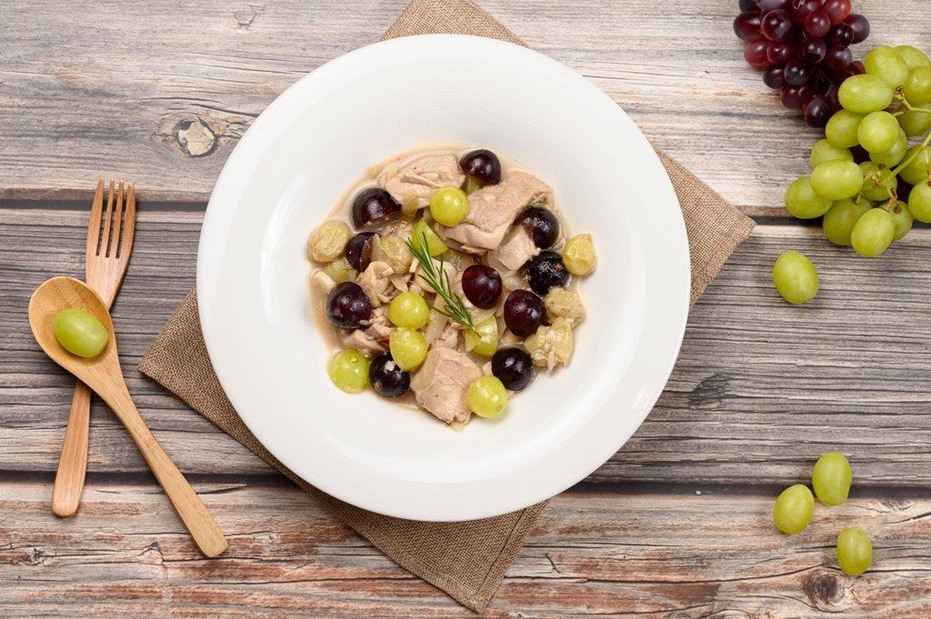 「葡萄汁燉雞」熬煮新鮮葡萄調配鹹甜交錯的獨特風味,融合馥郁果香。圖/業者提供
