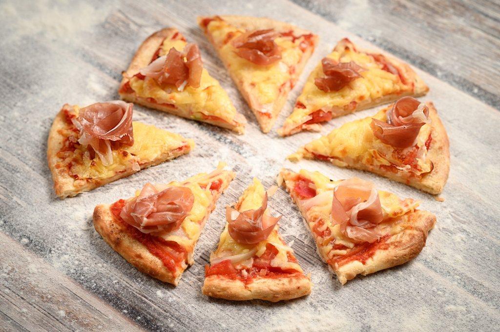 「義大利生火腿芝麻葉披薩」以番茄和莫扎瑞拉起司鋪底,放上新鮮芝麻葉和帕馬火腿。圖...