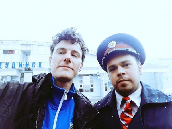 英國學者泰爾斯(左)為身體力行減碳不搭機,以搭火車方式從英國南安普敦去上海出差做...