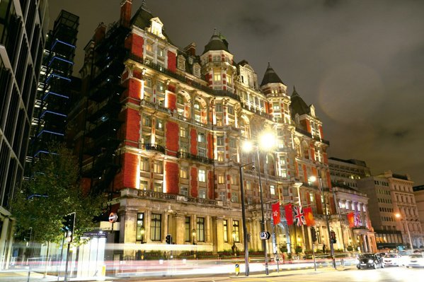 入夜後,倫敦文華東方酒店宛如一座華麗的古堡。鄔智明是個攝影愛好者,偶爾也為攝影雜...