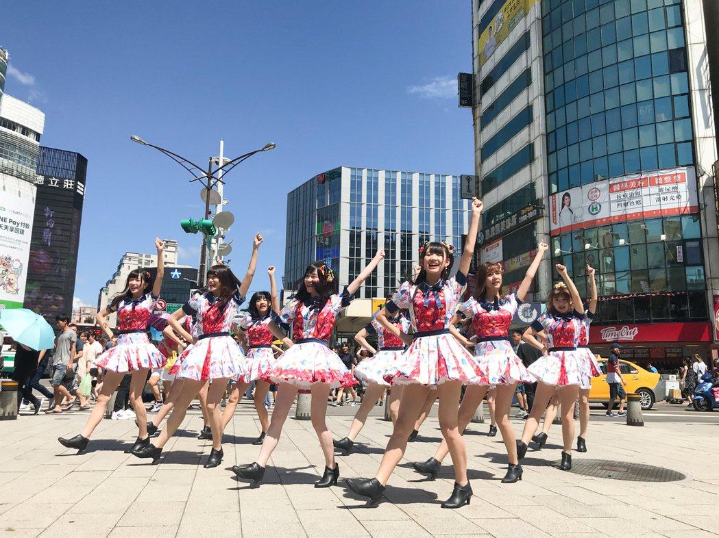 「AKB48 Team TP」上街唱跳,吸引粉絲圍觀。圖/好言娛樂提供