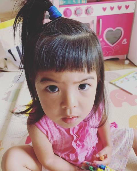 賈靜雯PO出幫小女兒Bo妞剪瀏海的萌照,並說:「本來想把波妞瀏海留長⋯但~真心覺得她還是適合有短瀏海,因為,一剪完,她的小壞樣立刻出現,是因為眉毛嗎?」Bo妞挑眉的表情惹粉絲一陣討論,「毛眉好搶戲哦...