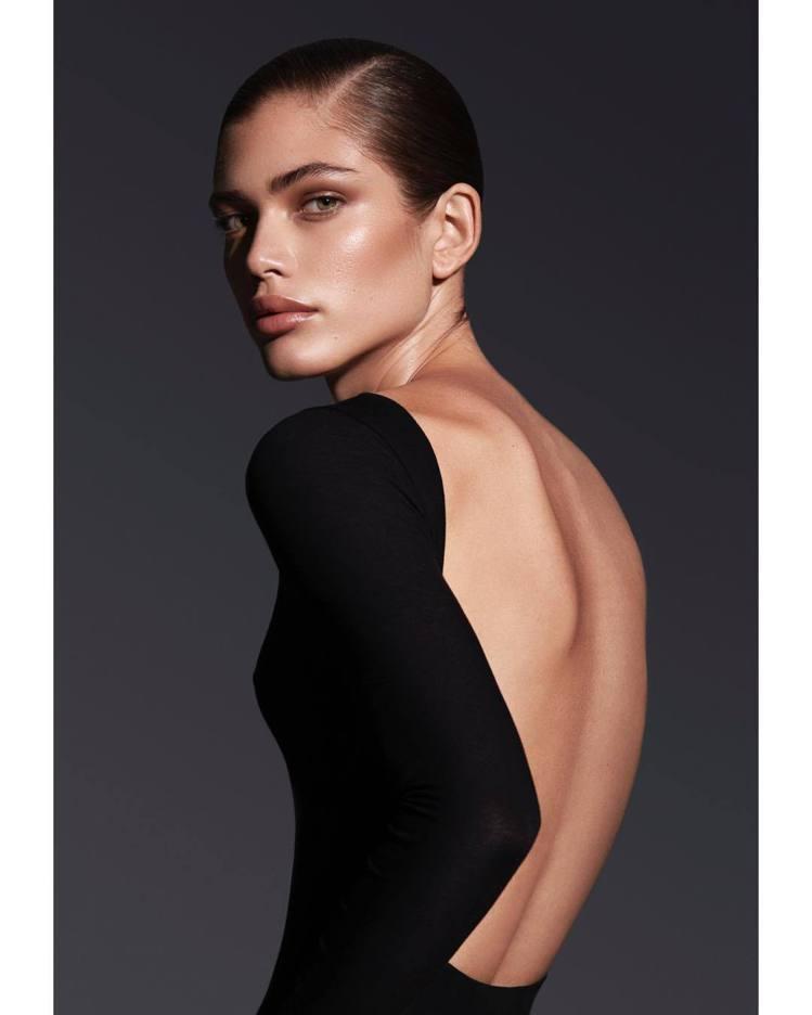Valentina Sampaio18歲之後接受了變性手術,至今登上多本時尚雜誌...