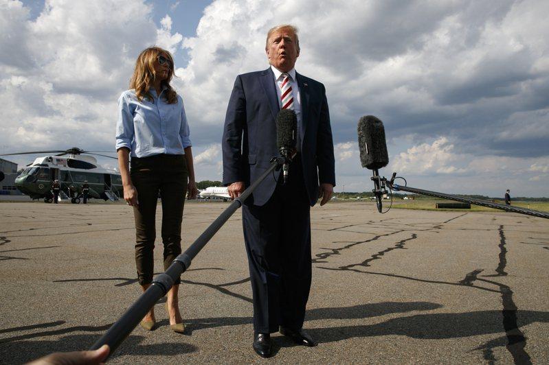 美國總統川普4日下午和第一夫人梅蘭妮亞準備搭「空軍一號」返回白宫時,就槍擊案接受記者提問。美聯社