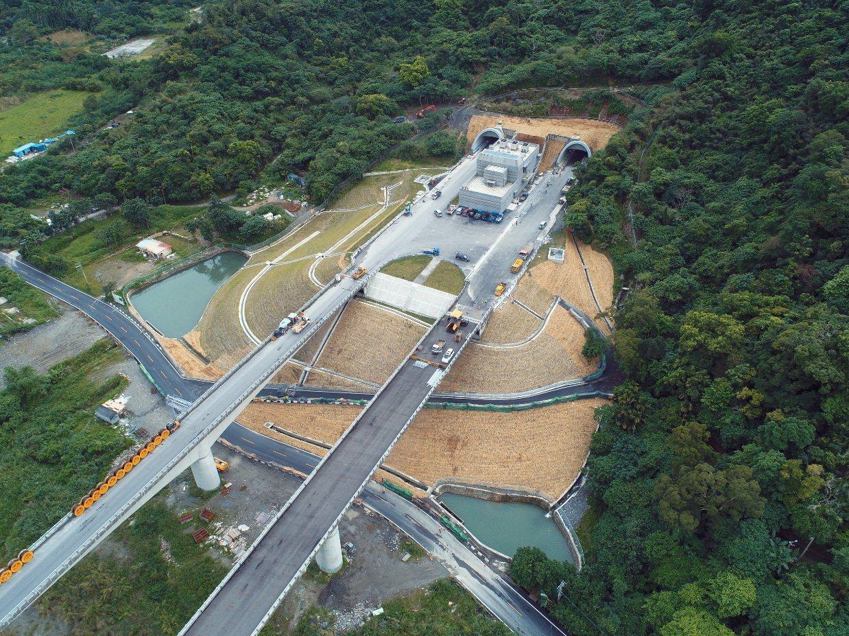 攸關東部交通動脈的蘇花改重大交通工程建設,原訂1月10日通車卻提早5天,傳出是為...