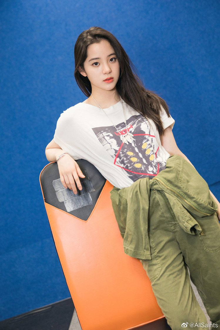 歐陽娜娜以連身工裝搭配了AllSaints High Gaze Imogen印花...