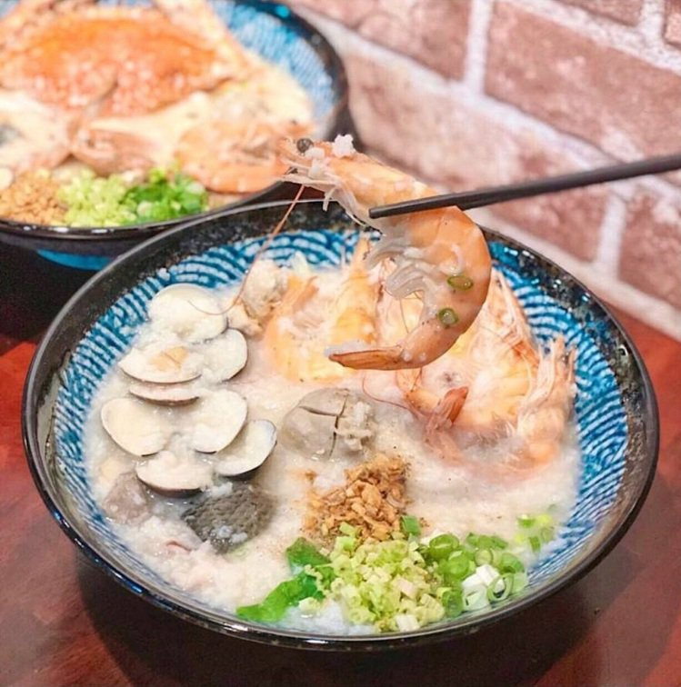 「霸氣螃蟹海鮮粥」好料鮮蝦粥配料豐盛。IG @xolubean_950309 提...