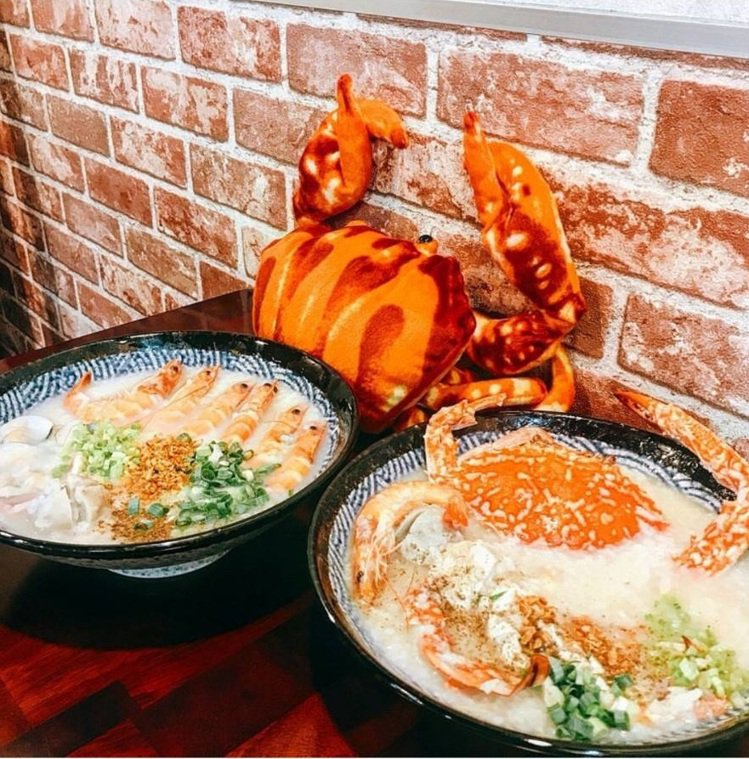 「霸氣螃蟹海鮮粥」是台中知名宵夜。IG @poki_1028 提供