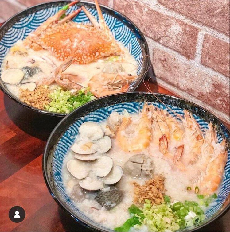 「霸氣螃蟹海鮮粥」受網友稱讚鮮甜味美。IG @xolubean_950309 提...