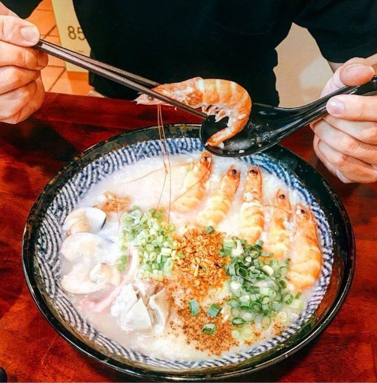 「霸氣螃蟹海鮮粥」好料鮮蝦粥配料豐盛。IG @poki_1028 提供