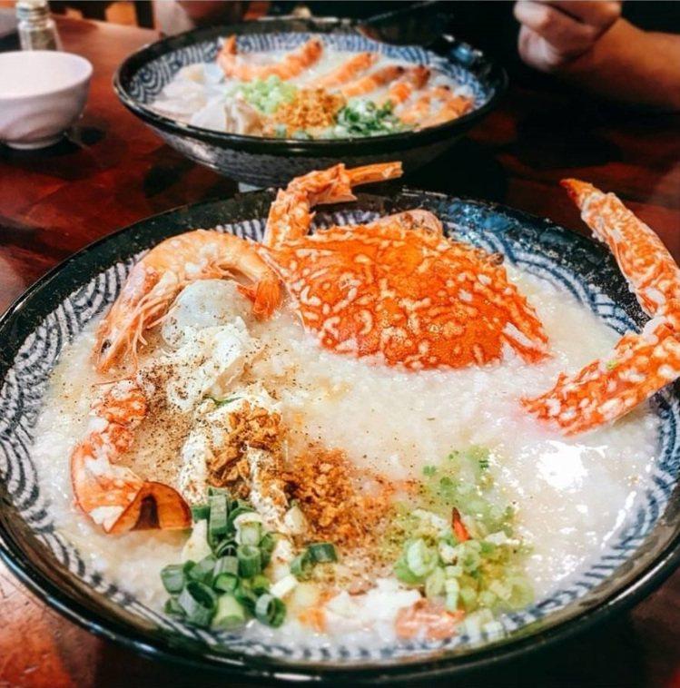 「霸氣螃蟹海鮮粥」整隻蟹入粥很霸氣。IG @poki_1028 提供
