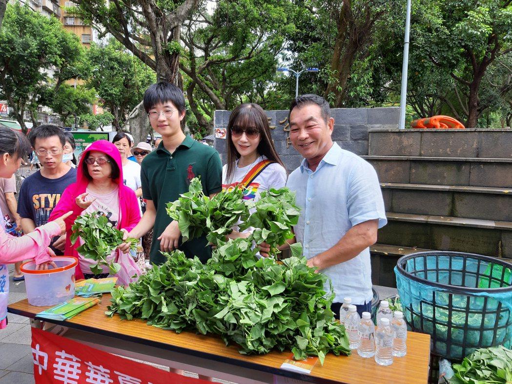 金瑞瑤兒子許凱文(左起)和爸媽一起義賣地瓜葉。記者林怡秀/攝影