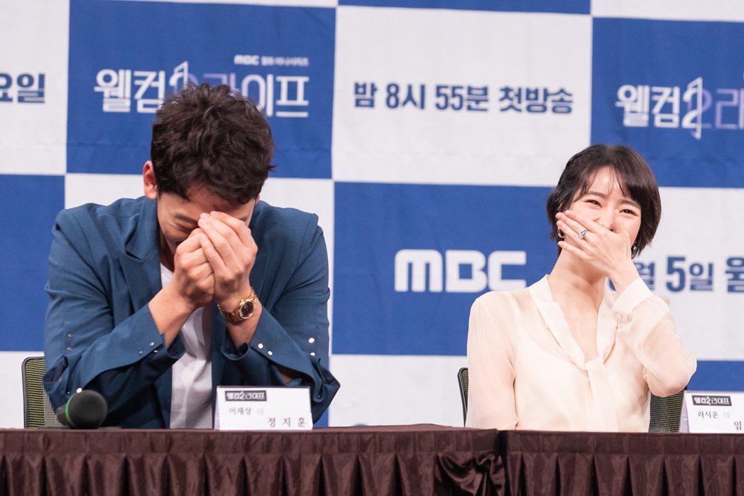 Rain和林智妍笑到崩潰。圖/KKTV提供