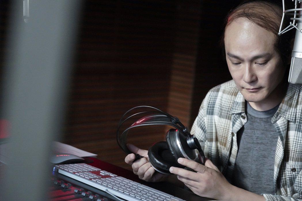 張信哲在電影「跳舞吧!大象」客串DJ一角。圖/潮水音樂提供