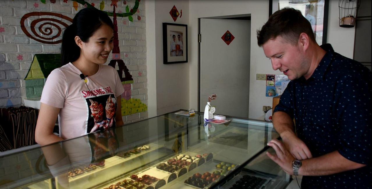 外籍老師Wes Davis扮演背包客到蕊杜巧克力工坊,測試店家英文能力。圖/嘉義...