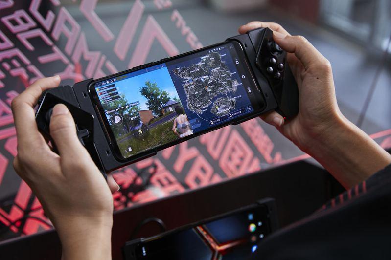 9月30日前購買ROG Phone II電競手機,線上登錄送Gamepad遊戲控制器,操縱更加得心應手。圖/華碩提供