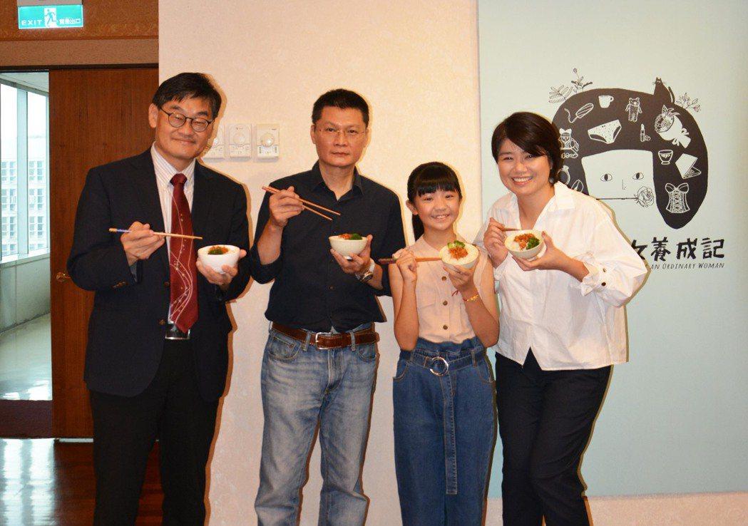嚴藝文(右起)、吳以涵、導演陳長綸、華視總經理莊豐嘉大啖豬油拌飯。圖/華視提供