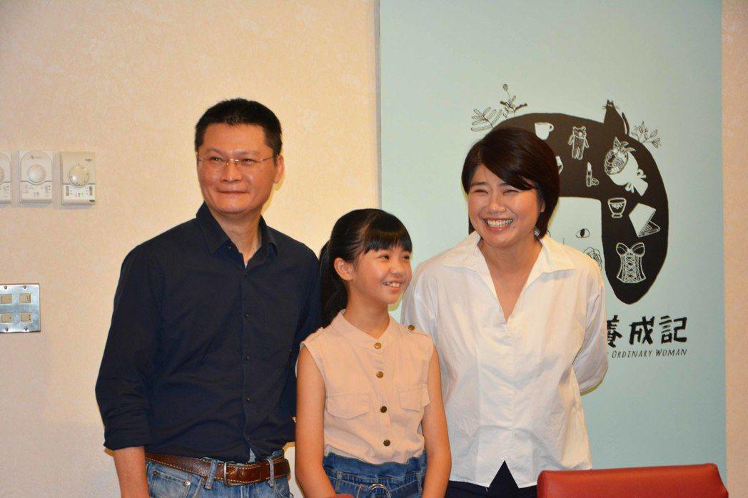 導演嚴藝文(右起)、吳以涵、導演陳長綸為「俗女養成記」慶功。圖/華視提供