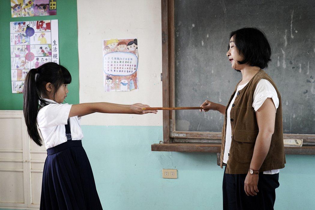 吳以涵在「俗女養成記」中因忘記寫作業遭飾演老師的廖怡裬質問。圖/華視提供
