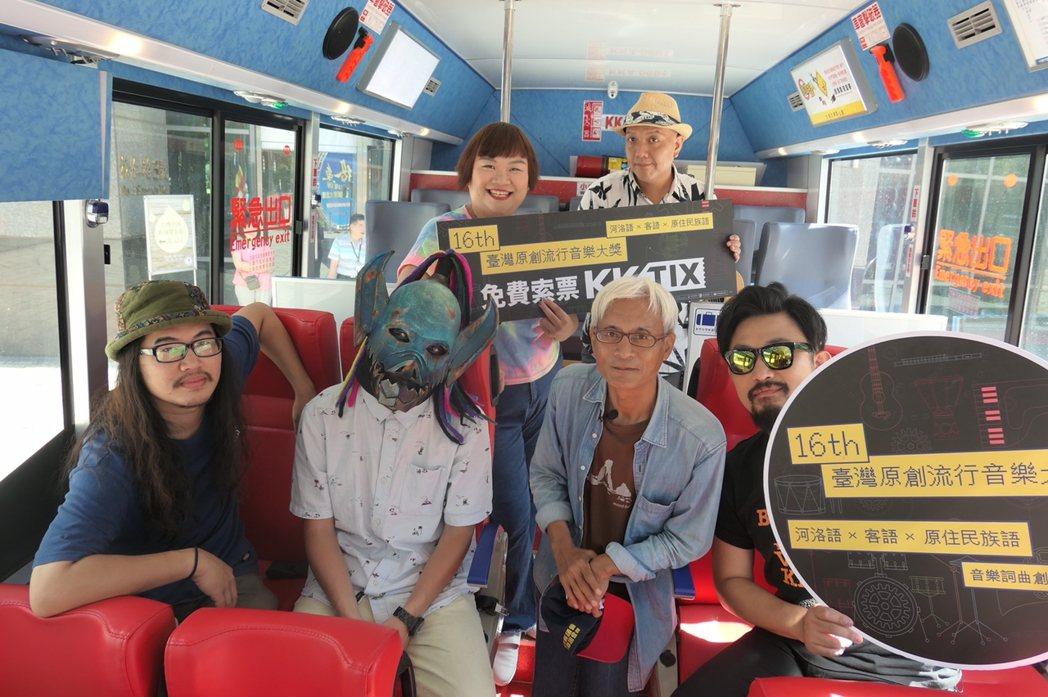 阿強(前排右起)與李國雄(達卡鬧)、血肉果汁機和吉那罐子(後排)合作網路節目。圖...