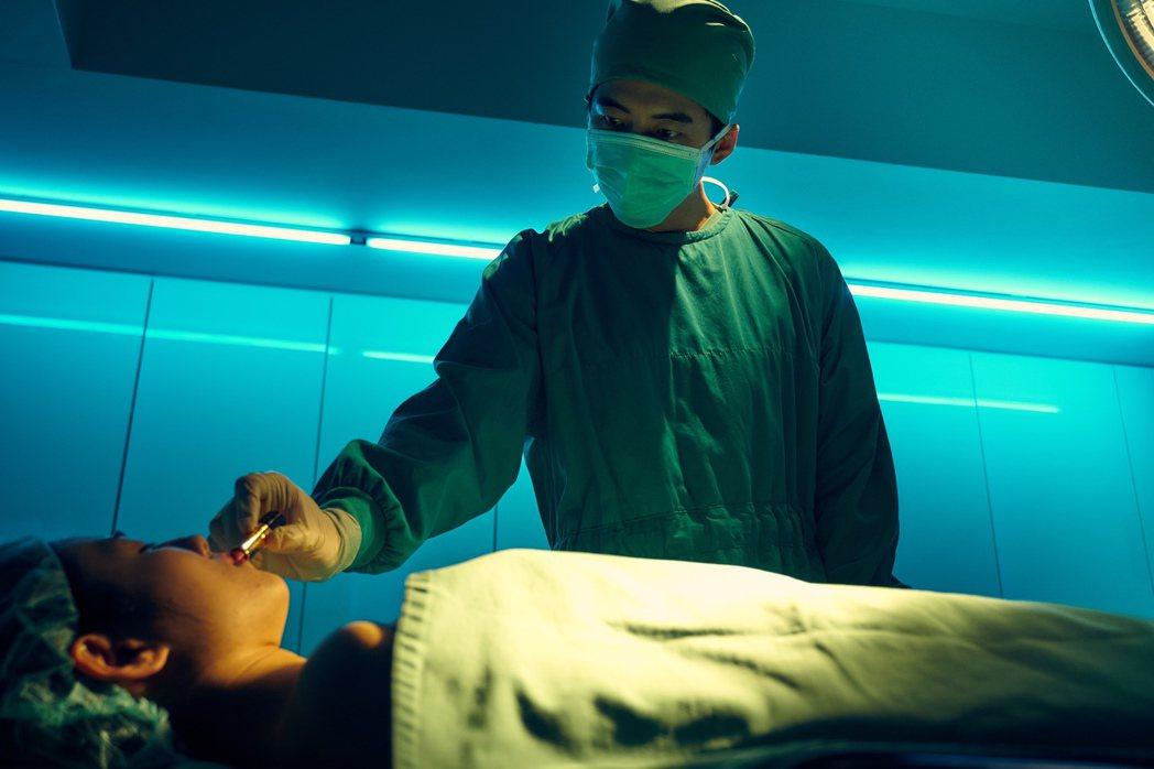 電影中從一個無頭女屍命案開始,牽連出一宗塵封多年的命案。圖/華映提供