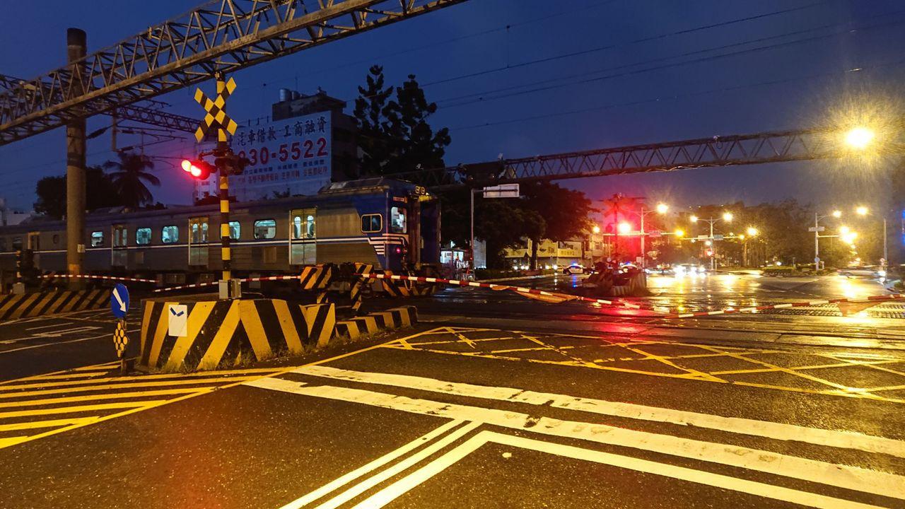 台鐵區間車今晚行駛到台南市北區東豐路平交道時,疑因勾斷高壓電纜,區間車停在平交道...