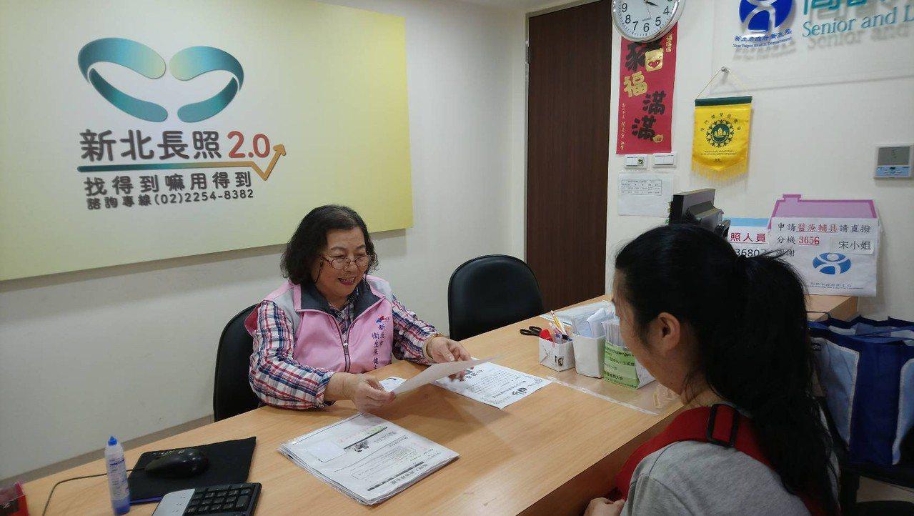 77歲志工蘇黃美在新北長照2.0失智據點擔任志工,回饋社會樂開懷。圖╱蘇黃美提供