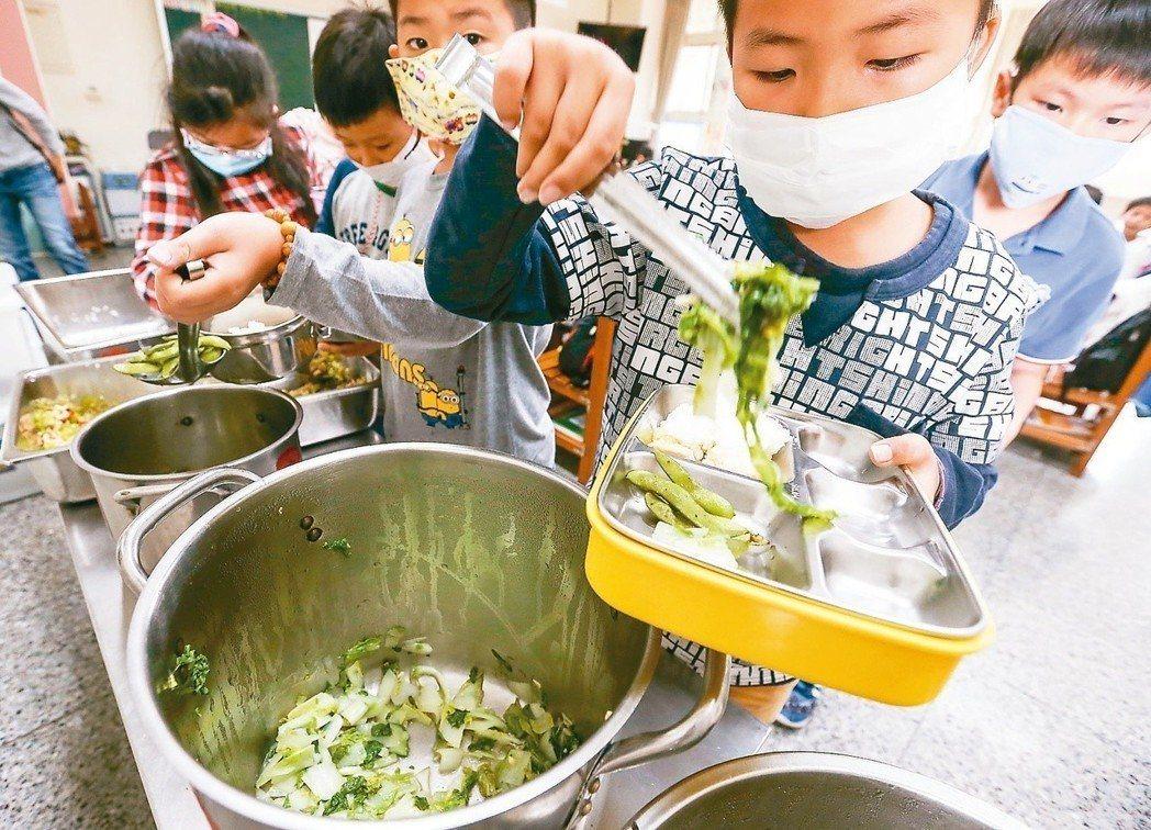 大享食育協會首度普查學校營養師人力,發現不同縣市的學校營養師工作負擔差異大。報系...