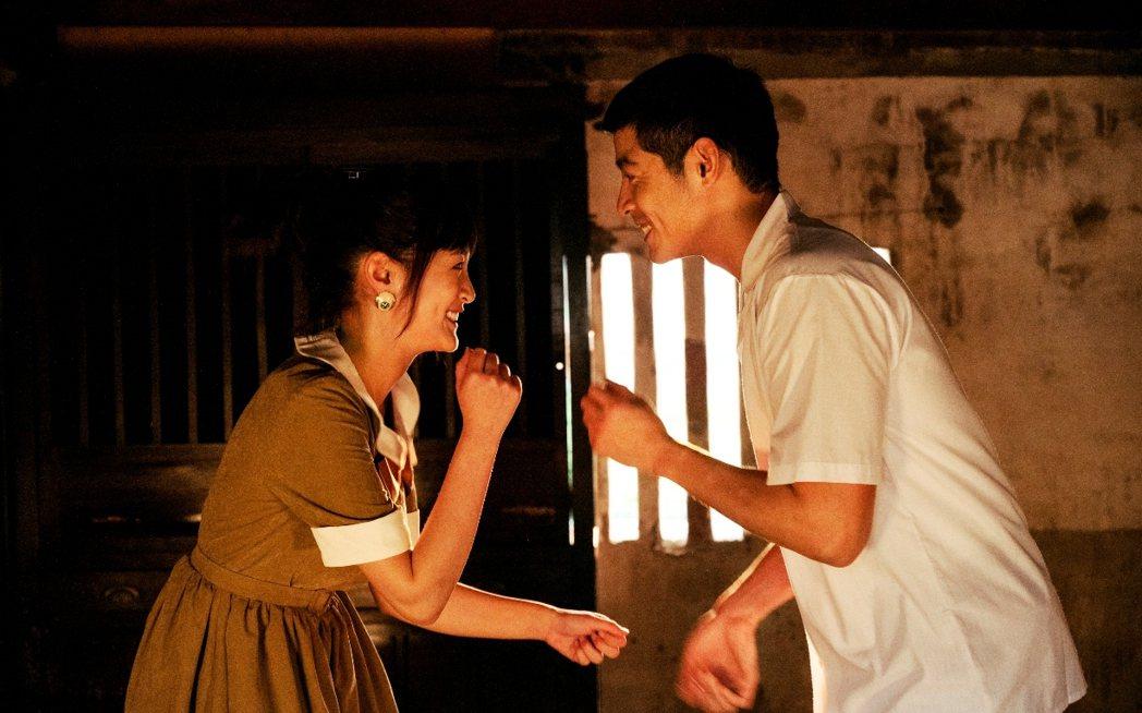 王淨(左)劇中與王柏傑為愛私奔。圖/三立提供